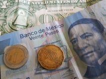 ein Dollarschein, 21 mexikanische Pesos und 50 Cents stockfotografie