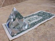 Ein Dollarschein mit Pyramide in der dritten Dimension lizenzfreie stockfotos