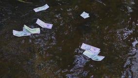 Ein Dollarschein schwimmt entlang den Fluss Konzept auf dem Thema des unerwarteten Reichtums stock video