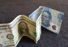 ein Dollarschein und 20 mexikanische Pesos Lizenzfreie Stockfotografie