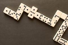 Ein Dominospiel auf einer dunklen Tabelle Das Konzept des Spiels von lizenzfreies stockbild