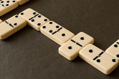 Ein Dominospiel auf einer dunklen Tabelle Das Konzept des Spiels von stockfotografie