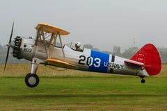 Ein Doppeldecker Boeings Stearman, der für eine Landung hereinkommt lizenzfreies stockfoto