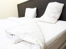 Ein doppeltes minimales Schlafzimmer, benutzt Stockbilder