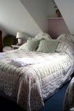 Ein Doppelzimmer des eleganten Dachbodens Stockfotografie