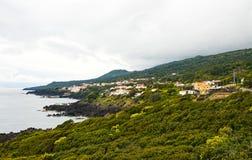Ein Dorf auf dem Ufer des Ozeans Stockbild