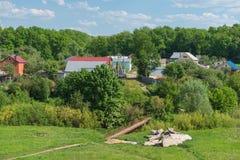 Ein Dorf nahe dem Wald Lizenzfreie Stockfotografie