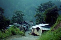 Ein Dorf unter den grünen Bergen Lizenzfreie Stockbilder