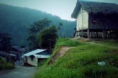Ein Dorf unter den grünen Bergen lizenzfreies stockfoto