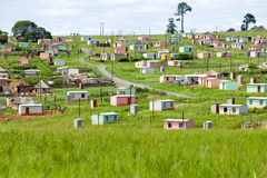 Ein Dorf von hell farbigen Mandela-Häusern in Zulu Village, Zululand, Südafrika Stockbild