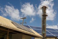 Ein Dorf wird mit Sonnenkollektoren ausgerüstet, um Strom zum Hilfssystem zur Verfügung zu stellen stockfotografie