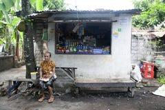 Ein Dorfbewohner und ihr Shop Lizenzfreies Stockfoto