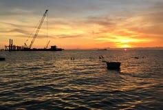 Ein drastischer und bunter bewölkter Sonnenunterganghimmel Lizenzfreie Stockfotografie