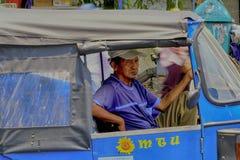 Ein dreirädriger Taxifahrer wartet auf Kunden stockfotos