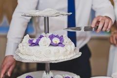 Ein dreistöckiger Kuchen auf einem Stand 7045 Lizenzfreies Stockbild
