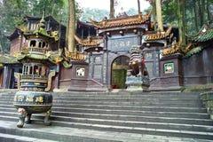 Ein Duftbrenner vor Tempel lizenzfreie stockfotografie