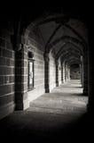 Ein dunkler Durchgang eines mittelalterlichen Gebäudes Stockfotografie