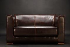 Ein dunkler Raum mit Sofa Stockbild