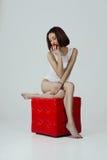 Ein durchdachtes Mädchen mit Apfel Lizenzfreie Stockbilder