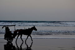 Ein Durchgang durch einen ruhigen Strand Lizenzfreie Stockfotos