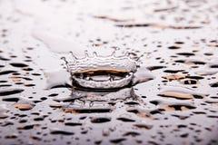 Ein dynamisches Spritzen des Wassers Lizenzfreie Stockfotos