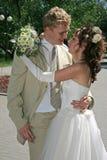 Ein eben verheiratetes Paar. Lizenzfreie Stockfotografie