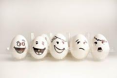Ein Ei mit einem Gesicht Konzept die Wand von Eiern Stockfotografie