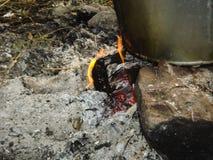 Ein Eimer auf einem Feuer im Wald Lizenzfreie Stockbilder