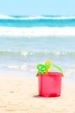 Ein Eimer und Sandspielwaren für Kinderspiel am Strand Lizenzfreies Stockfoto