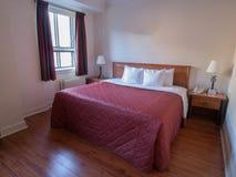 Einfaches grundlegendes Hotelzimmer Lizenzfreie Stockfotos