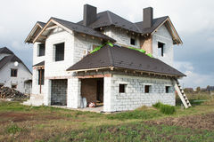 Ein Einfamilien- Haus im Bau Ein Haus ohne Fertigungsarbeit innerhalb des Hauses Lizenzfreie Stockfotos