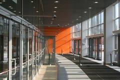 Ein Eingang in einem Geschäftszentrum Stockfotos