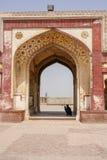 Ein Eingang zu Lahore-Fort mit einem Schattenbild eines Mannes, der im Schatten sitzt lizenzfreie stockbilder