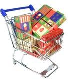 Ein Einkaufslaufkatzenwarenkorb mit Weihnachtsgeschenken Lizenzfreies Stockfoto
