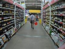 Ein Einkaufswagen ist ein Übergang zwischen den Regalen eines Supermarktes Stockfotos