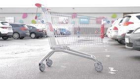Ein Einkaufswagen am Parken stock video footage