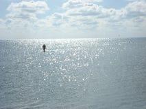 Ein einsamer Mann, der in das Sommermeer geht Lizenzfreie Stockfotos