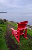 Ein einsamer roter Stuhl Stockbild