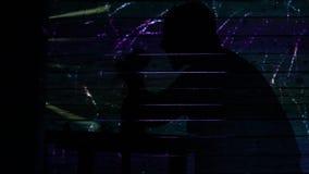 Ein einsamer trauriger Mann trinkt Alkohol an einer Partei mit Feuerwerken Das Thema der allgemeinen Einsamkeit Konzept Schattenb stock video
