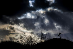 Einsames Grab und stürmischer Himmel Stockbilder