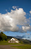 Ein einsames Haus auf dem Berg in den Wolken Stockfotos