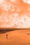 Ein einsames Kind im Schattenbild auf Strand Stockfotos