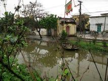 Ein einsames kleines, einsames Boot durch den Fluss lizenzfreie stockfotos