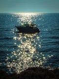 Ein einsames Motorboot im Meer Stockbilder