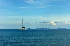 Ein einsames Segelboot im blauen Meer Stockfotos