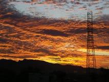 Ein einzelner Fernsehturm bei Sonnenuntergang Stockfotos