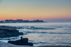 Ein einzelner Flipflop wird auf dem Wasserrand in Silema, Malta gelassen lizenzfreie stockfotos