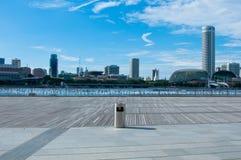 Ein einzelner Stauraum mit Singapur-Stadt im Hintergrund Stockbild