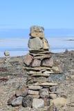 Ein einzelnes Inukshuk Inuksuk nahe der Gemeinschaft von Igloolik, Nunavut Lizenzfreies Stockfoto