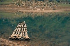 Ein einziges Floss erwartet einen Dorfbewohner auf einem Fluss in Vietnam lizenzfreie stockbilder